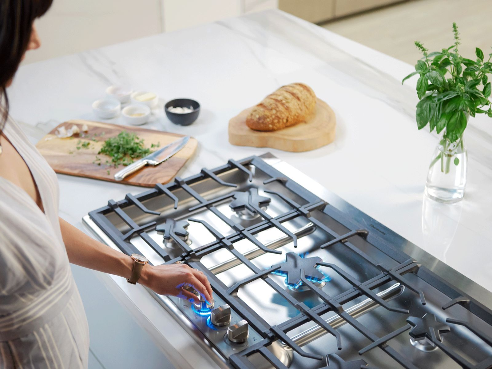 MCIM02878928_thermador-gas-cooktops-SGSXP365TS-Star-Quality-Performance-woman-turning-knob_1920x1440